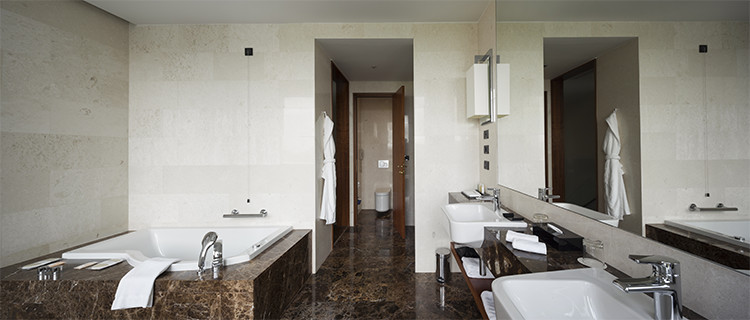 Marble-accents-in-contemporary-bathroom
